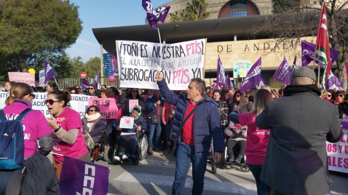 Las intérpretes de lengua de signos salen a la calle ante la amenaza de despido de la Junta de Andalucía
