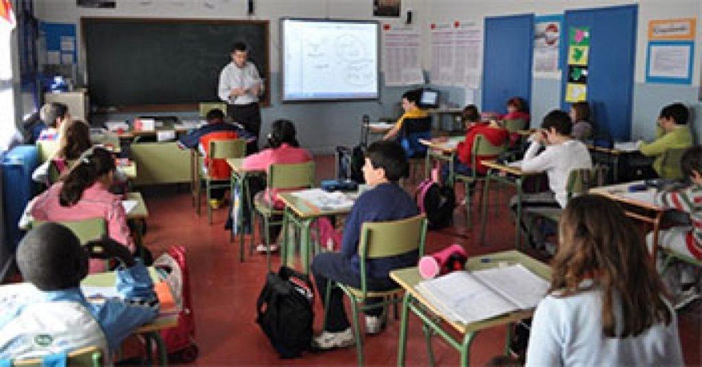 Niños y niñas en clase