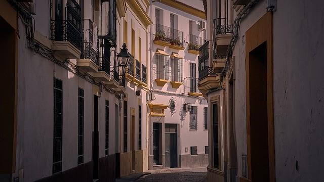 El turismo andaluz se tambalea: los viajeros caen en un 80%, desaparecen una cuarta parte de los establecimientos y 2.700 trabajadores menos