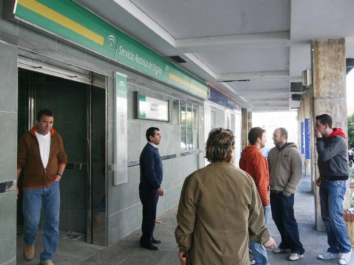 La Junta colapsa el sistema con la orden de inscribirse en el SAE a los trabajadores de los ERTEs