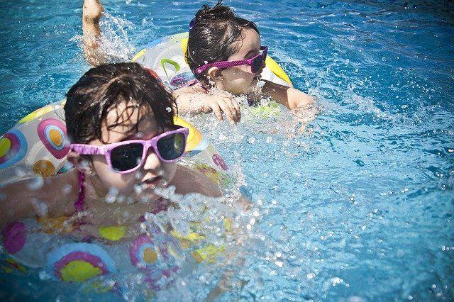 Esto es lo que se sabe sobre la transmisión del coronavirus en piscinas y playas