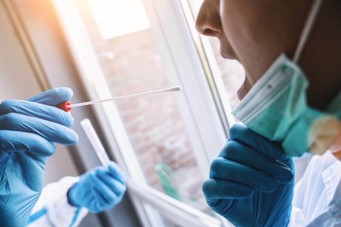 Un test de saliva para detectar masivamente el coronavirus: más barato y menos invasivo que las pruebas actuales