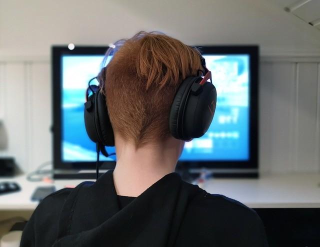 Menor jugando al Fortnite