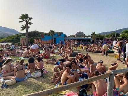 Andalucía vuelve a rozar los 3.000 positivos diarios por coronavirus y ahora propone cerrar playas y restringir el horario de venta de alcohol