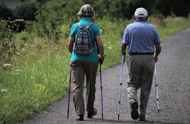 Personas mayores andando