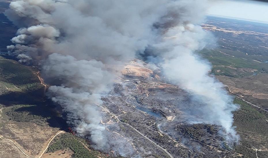 La Junta activa el nivel 1 del Plan de Emergencias por incendios forestales en Huelva por un fuego en Almonaster la Real