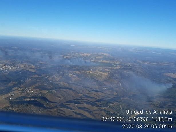 El incendio de Almonaster en Huelva sigue fuera de control y se activa la llegada de la UME