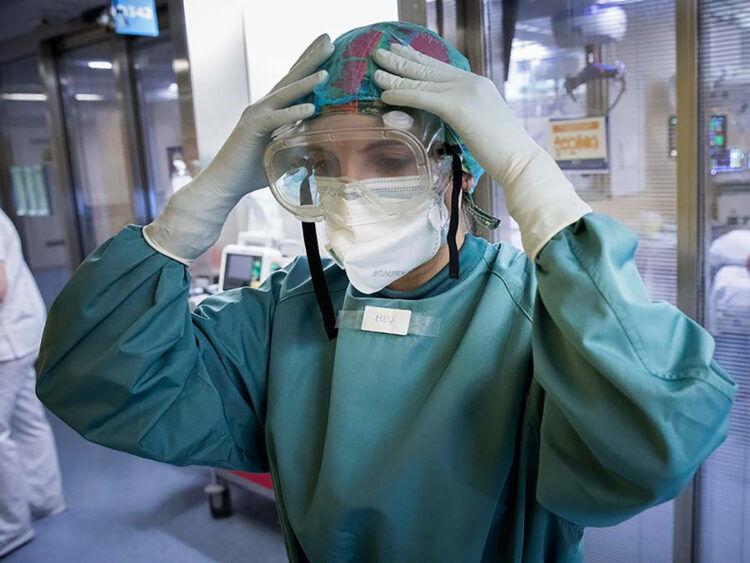 Un total de 262 profesionales sanitarios contínuan de baja por coronavirus en Andalucía