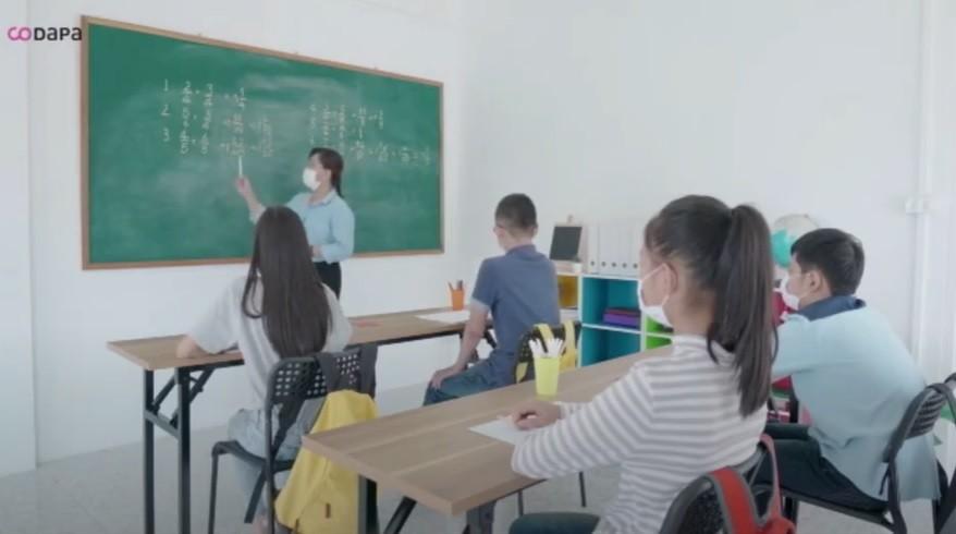 Niños y niñas en clase. filtros Hepa