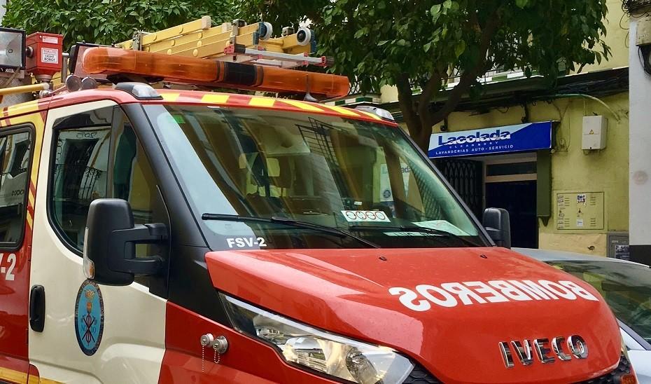 Evacuadas al hospital dos personas por inhalación de humo en el incendio de un chalet en Córdoba