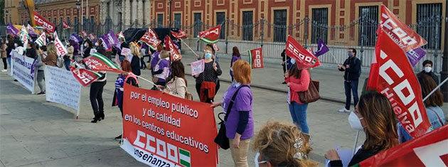 200 monitoras escolares se concentran ante la Junta de Andalucía para exigir su contratación a tiempo completo
