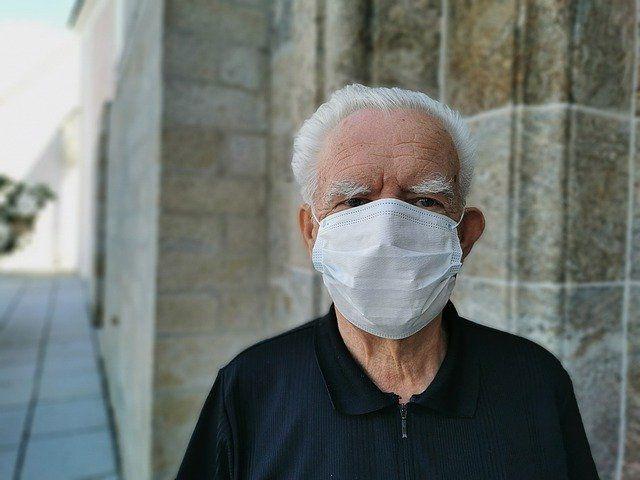 Persona mayor con mascarilla