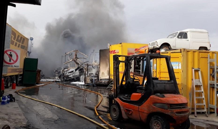 El incendio en un desguace en Otura provoca el corte de la N-323A a la altura de Padul
