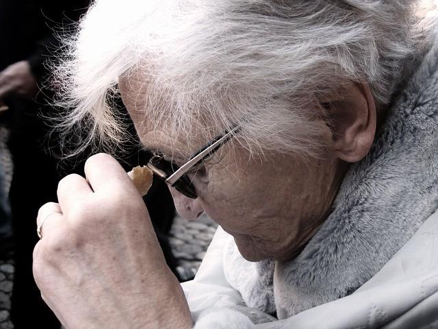 El problema de la soledad en Andalucía: cuatro de cada diez mujeres mayores de 80 años viven solas