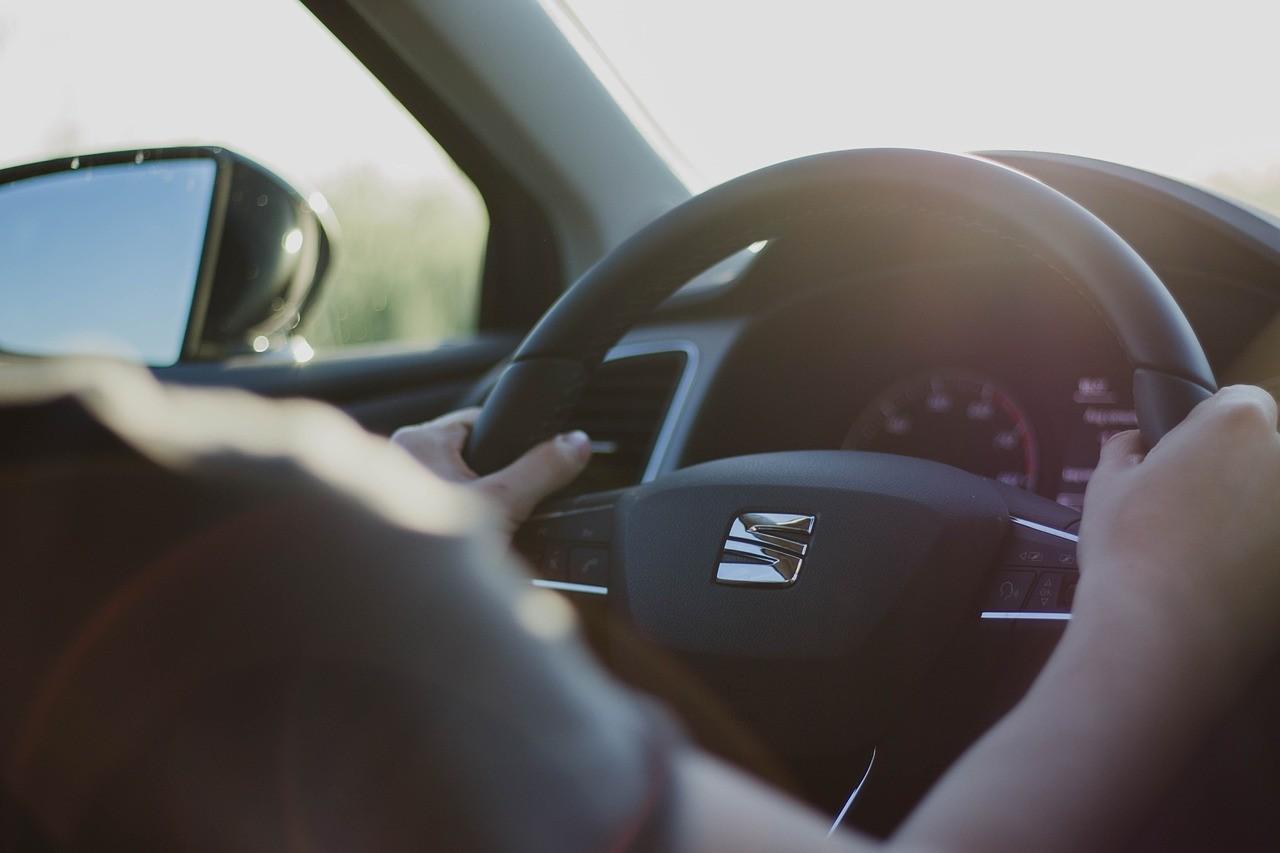 Cuidado al volante porque te contamos las sanciones que te caerán si te despistas en la carretera