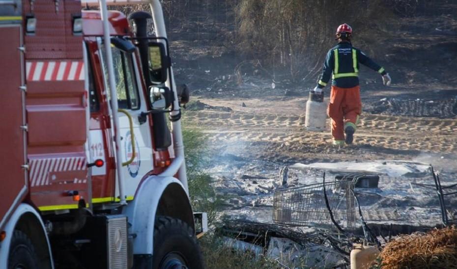 Dos hombres afectados con quemaduras de carácter leve en el incendio registrado en un poblado chabolista de Níjar
