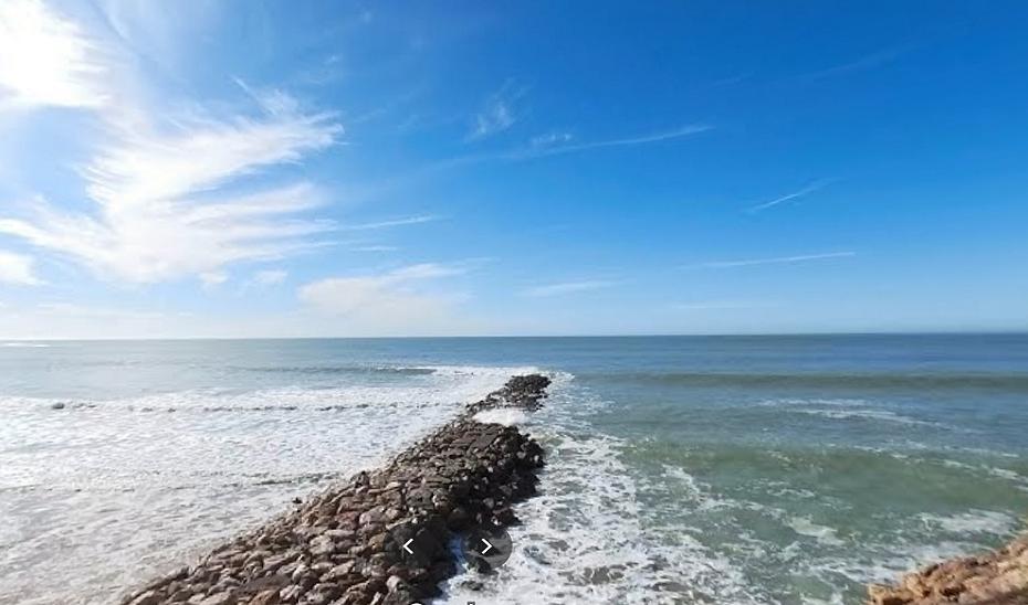 Rescatado y trasladado al hospital un surfista herido en la playa de Santa María del Mar en Cádiz capital