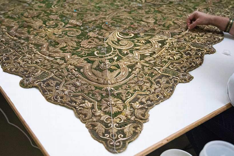 La restauración del manto de la Esperanza Macarena, confeccionado hace más de medio siglo, devuelve la luz a una pieza única del arte cofrade