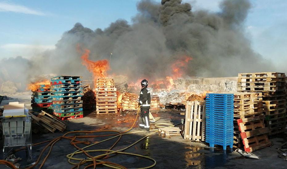 Operativos de emergencia trabajan en la extinción de un incendio en una planta de reciclaje en Almería