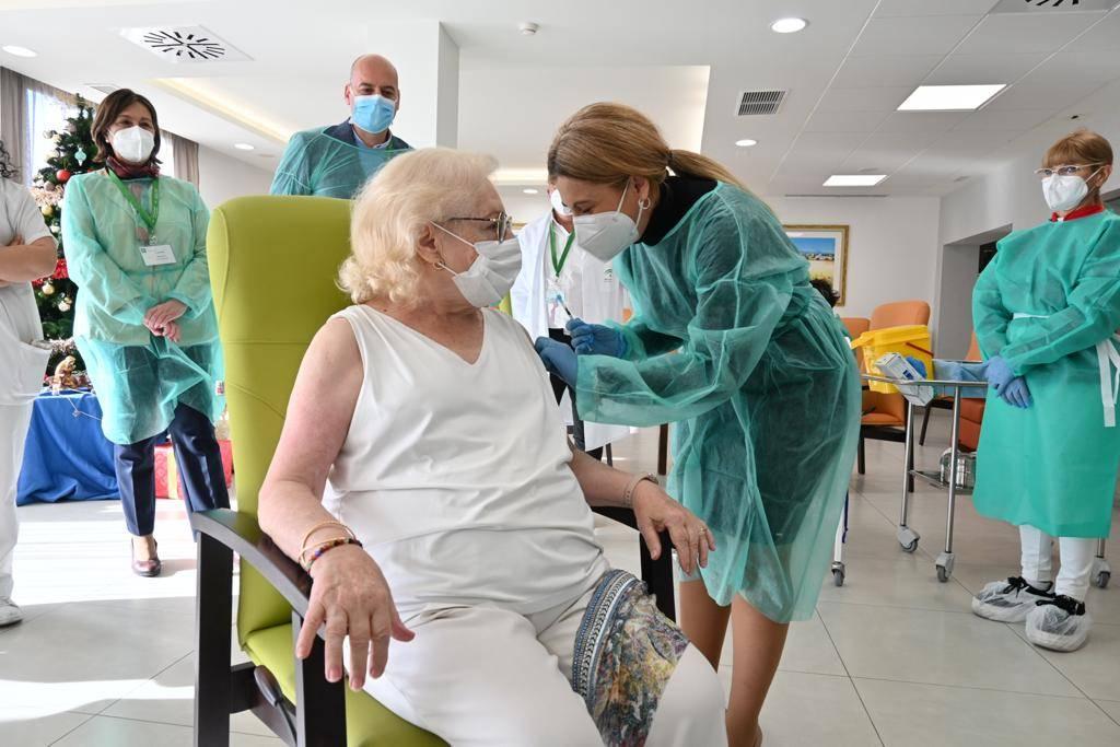 Antonio y Pilar los primeros en recibir la vacuna del coronavirus en Andalucía