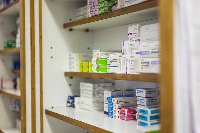 La Junta anuncia el fin de la subasta de medicamentos para contentar al sector farmacéutico y lo justifica como «un logro social para Andalucía»