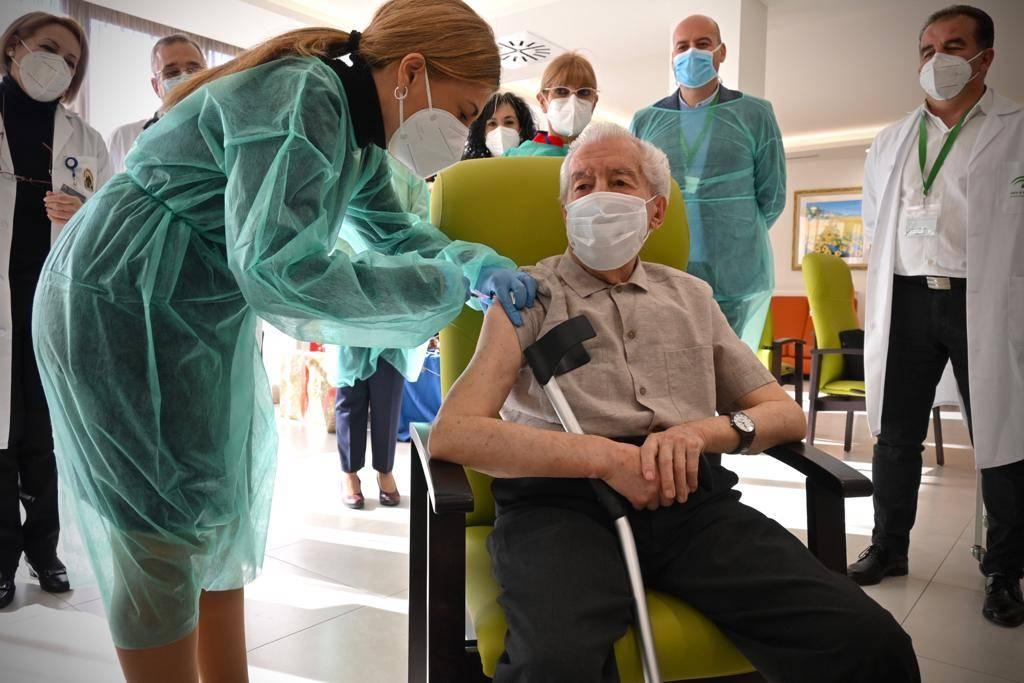 Andalucía roza el millón de dosis administradas pero sólo unas 256.000 personas tienen la vacuna contra el Covid-19 completa