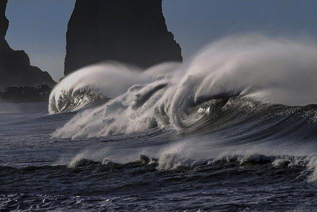 Lluvia, viento y frío en Andalucía con olas de hasta tres metros en las costas de Granada y Almería