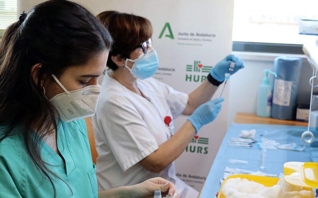 Comienza en Andalucía la vacunación con Janssen de un sólo pinchazo: ¿qué debes saber sobre esta vacuna si te llaman?