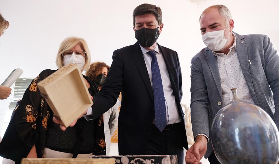 El Gobierno andaluz no termina de aclararse: Marín propone retirar «de inmediato» la vacuna de AstraZeneca mientras el consejero de Salud «se la pondría»