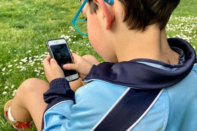 ¿Cómo afecta a los menores el tiempo que pasan frente a la pantalla del móvil o del ordenador?