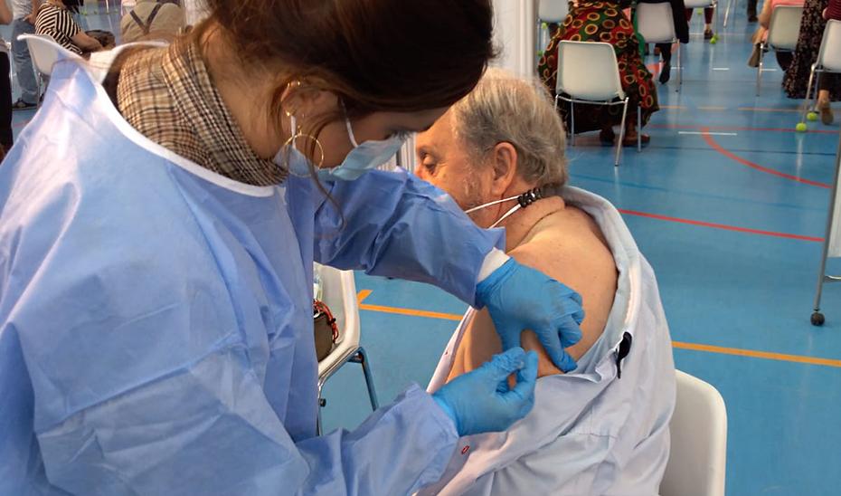Los andaluces con 68 años o más ya pueden pedir cita para vacunarse contra COVID-19: Lista de teléfonos para cita según tu área sanitaria