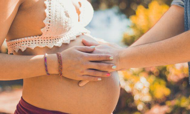 Sanidad recomienda a mujeres embarazadas o en periodo de lactancia vacunarse con Pfizer o Moderna