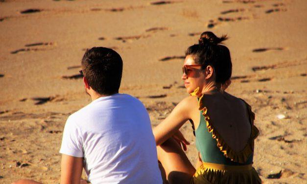 Casi un centenar de playas y piscinas andaluzas se convierten en espacios libres de humo: Te contamos cuáles son y dónde están