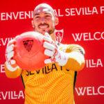 Dmitrovic, flamante nuevo fichaje del Sevilla FC: «La competencia con Bono solo puede ser buena para los dos»
