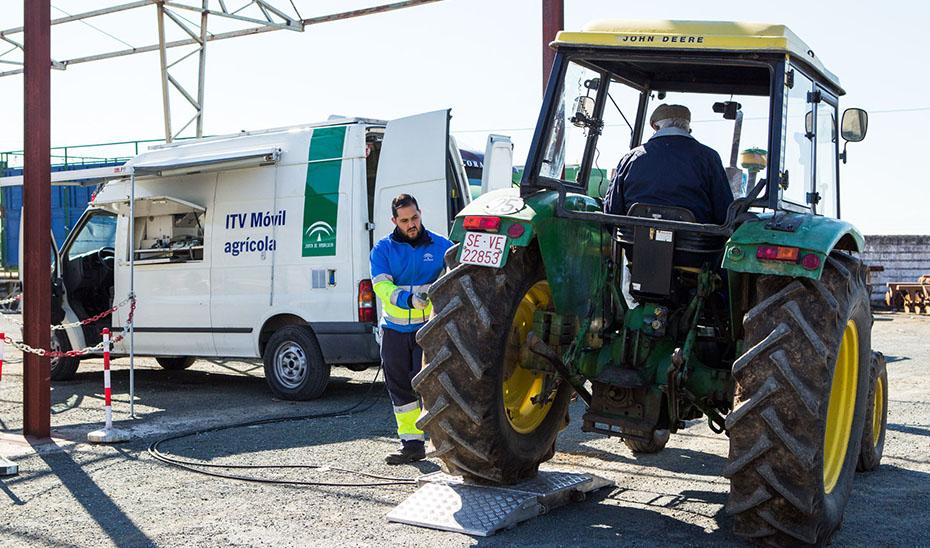 Doble turno para agilizar las ITV a los vehículos de la campaña de la aceituna. Te contamos las estaciones que estarán operativas en Andalucía